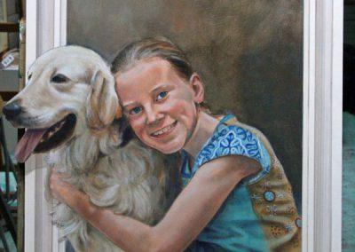 Een portret van een kind met een golden retriever